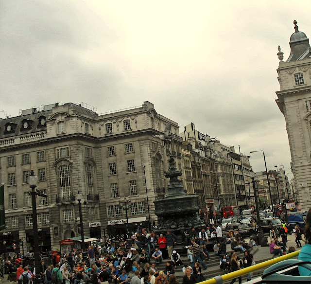 Piccadilly circus square