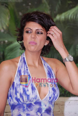 Hot Mandira Bedi Revealing Her Cleavage in Kingfisher Calender Auditions