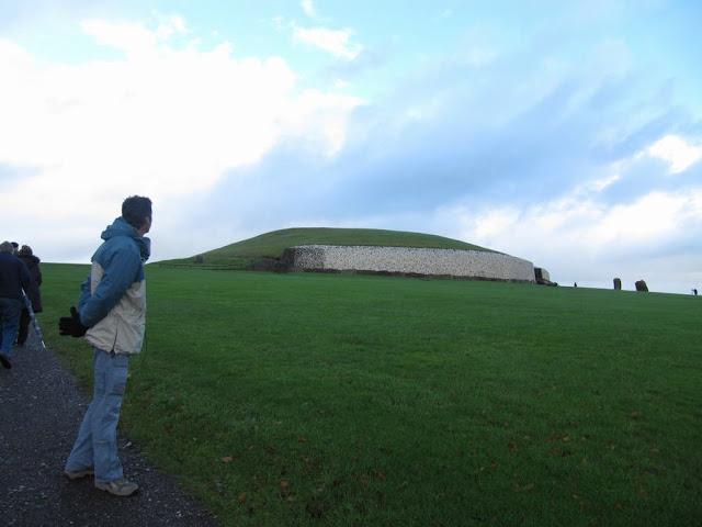TUMULOS, newgrange, enterramientos prehistoricos, patrimonio humanidad UNESCO, monumentos de Irlanda, prehistoria