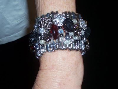http://4.bp.blogspot.com/_7-lRbAhh8Uw/St_h7Gyu1-I/AAAAAAAABZs/gEVh_nhoR7k/s400/button+and+safety+pin+bracelet.jpg