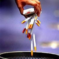 Tirar los cigarros para dejar de fumar