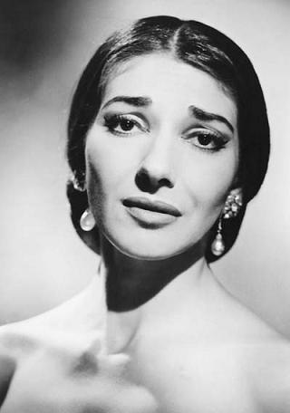 e91631764d 1923. december 2-án megszületett Maria Anna Sofía Cecilia Kalogeropulosz,  nevét apja hamarosan Callasra változtatta, mivel abban bízott, hogy egy  Amerikában ...