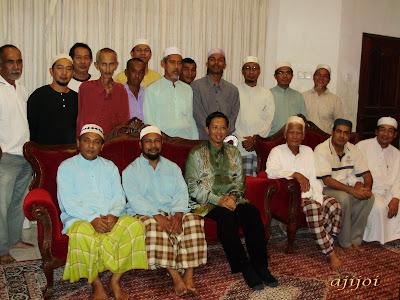 Bergambar bersama kenalan dan sahabat Allahyarham Roslan Shaharum