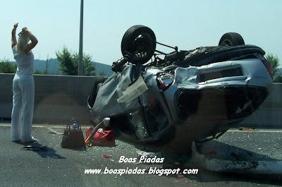 Loira em acidente de carro: será que ela está com dor nas costas, esticando a coluna?