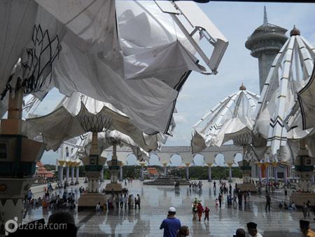 payung payung di depan masjid yang mau ditutup