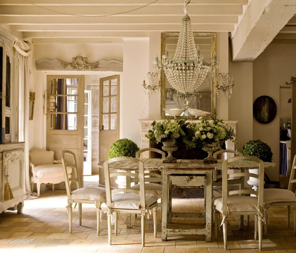 Dining Room In French: Vintage Chic: Et Rustikt, Fransk Hus/ A Rustic, French House