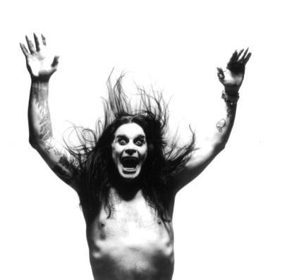Si, hasta la fecha este loco sigue vivo y rockeando