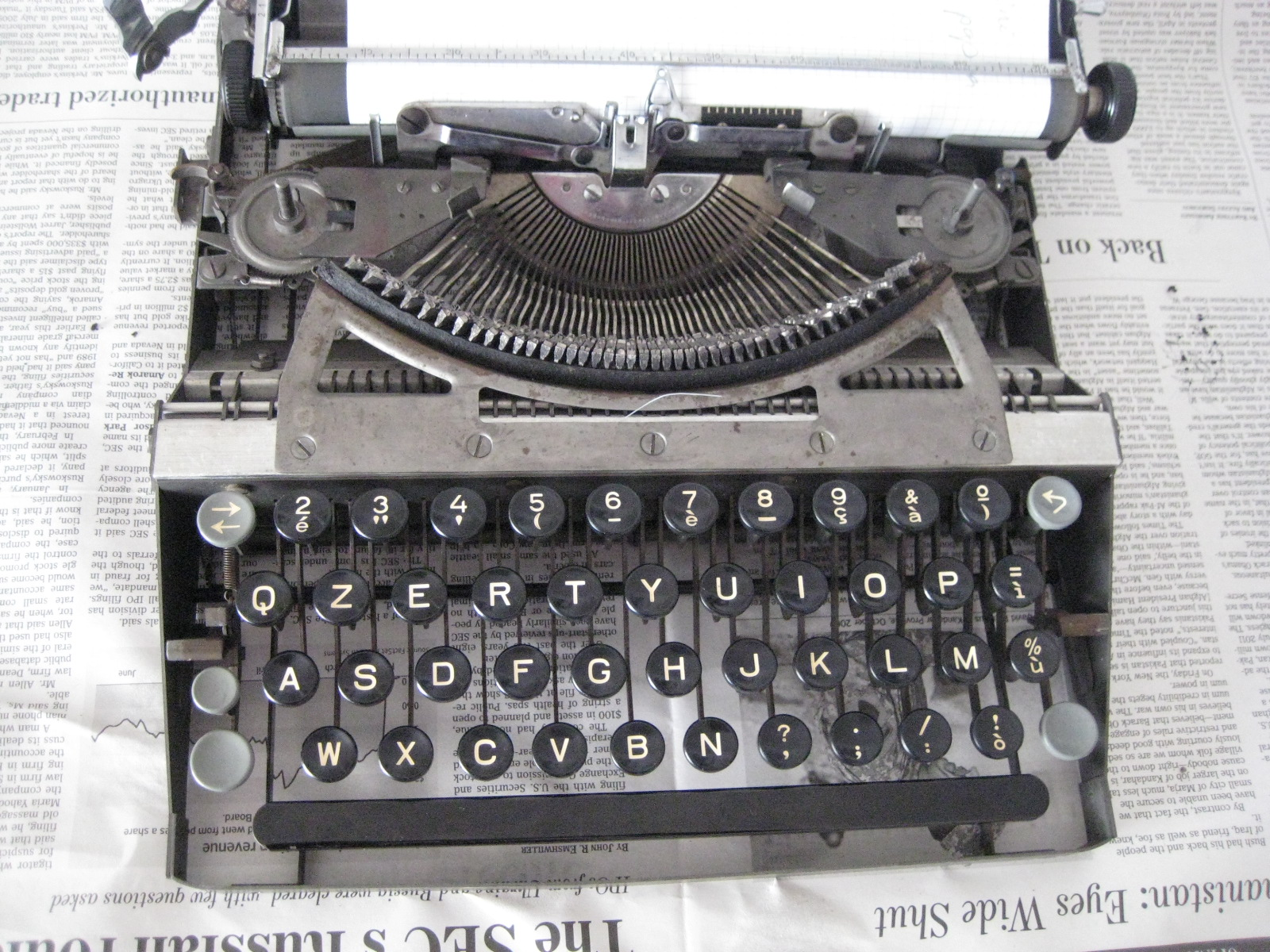 A photo of an Italian QZERTY keyboard/typewriter on a Hermes Baby