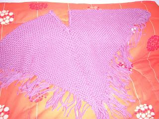 Este poncho está realizado en telar bastidor- triángulo. Son dos triángulos  unidos entre sí con técnica de crochet. 7a782b360a6