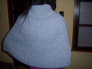 5274791e8d31ea Hola amigas!!! esta vez con capas en tricot muy, muy fáciles. La que luce  mi hija Almendra está realizada en cashmilon Nachito de LHO color gris con  agujas ...
