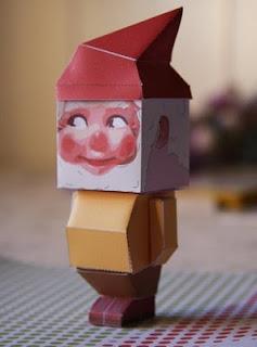 Papercraft imprimible y armable de un gnomo navideño. Manualidades a Raudales.