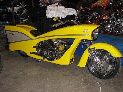 Moto customizada amarela