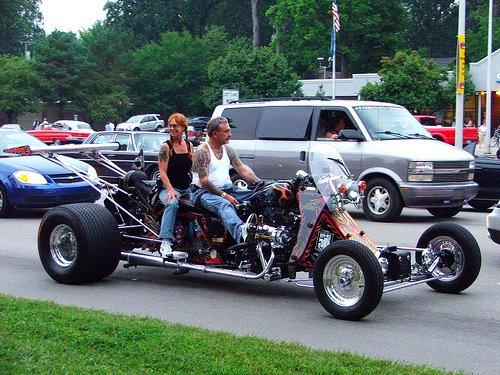 Moto customizada com 4 rodas