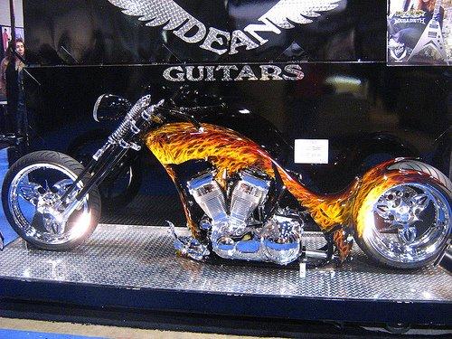 Moto customizada com chamas