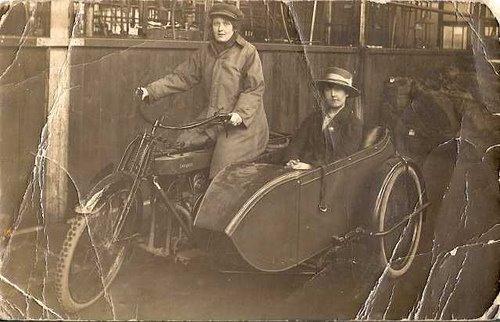 Moto com 2 passageiros