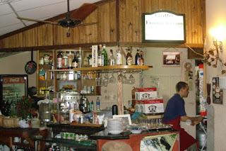 Marcello entre o bar e a cozinha