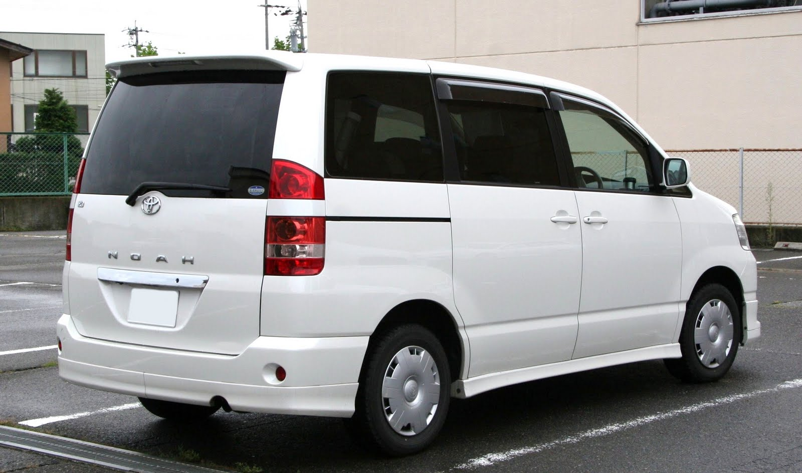 hight resolution of the rear view of the noah toyota voxy