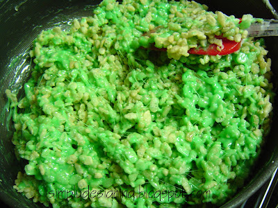 Shamrock+treats+1 Shamrock Rice Crispy Treats (with a special ingredient!) 12