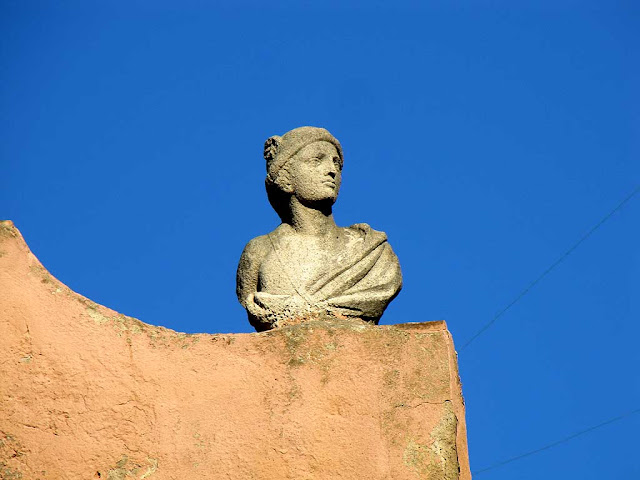 Busts on the roof, piazza Mazzini, Livorno