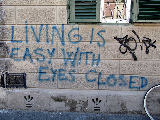 Graffiti: living is easy with eyes closed, Livorno