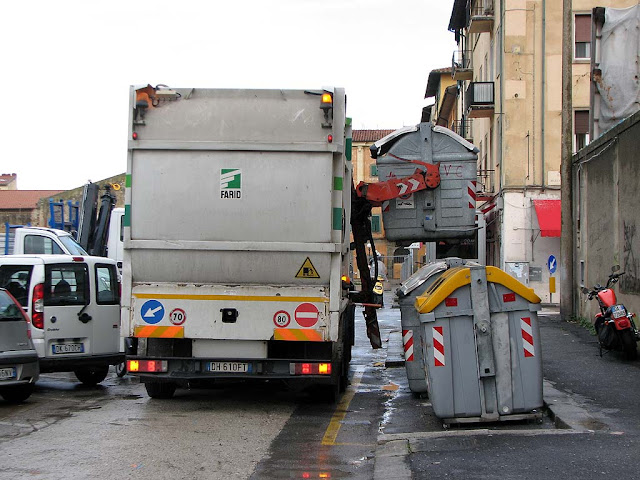 Emptying dumpsters, Livorno