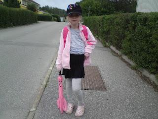 3322816e Rebecka ville att jag skulle ta kort på henne för att visa pappa hur tuff  hon var i sina nya kläder, på väg till skolan. Hon poserar som en liten  modell.