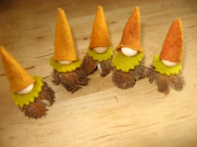 Eenvoudig viltpopje van een beukenootje seizoentafel antroposofisch Atelier de Vier Jaargetijden
