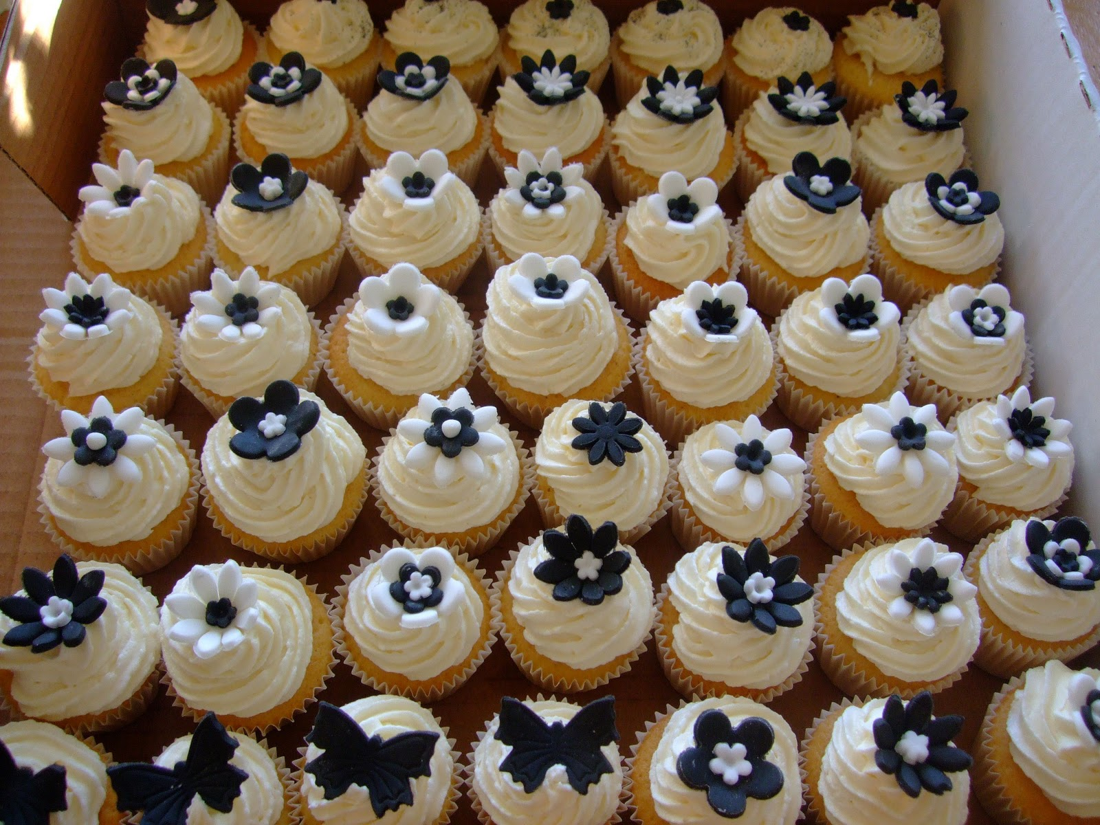 Colourful Cupcakes of Newbury: Black and White Party Cupcakes