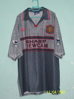 (Top) From Left to Right  1995-1996 Man United Away Jersey with CANTONA 7  and Normal EPL Badges (XXL) cae224994