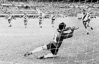 Penal atajado por 'el Pato' Fillol en su último partido