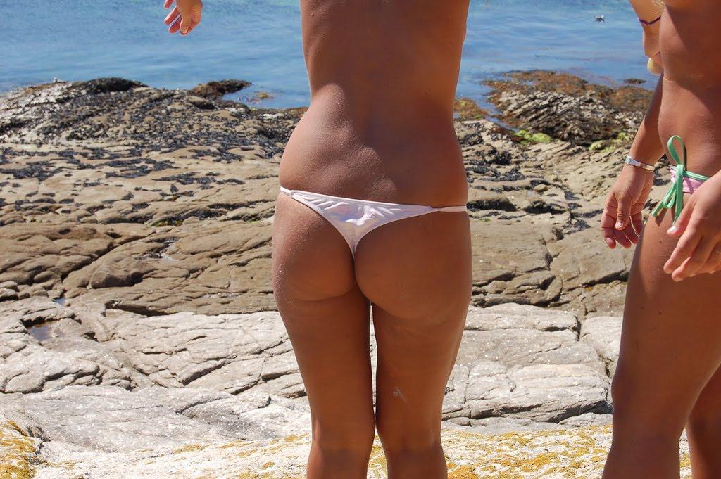 Испанские попки в стрингах на пляже