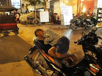 Imagini Phnom Penh: dormi pe motocicleta