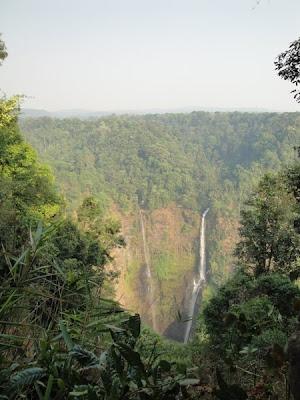 Peisaj cu cascada in Laos