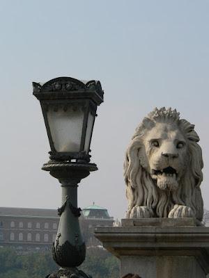 Leul fara limba de la Podul cu lanturi