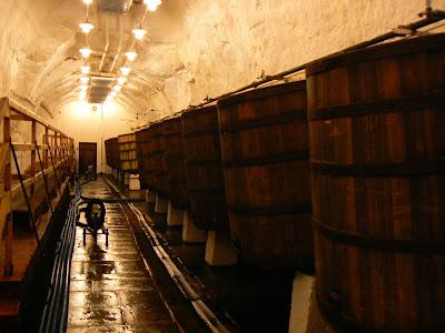 Obiective turistice Cehia: butoaie bere in pivnita Plzen