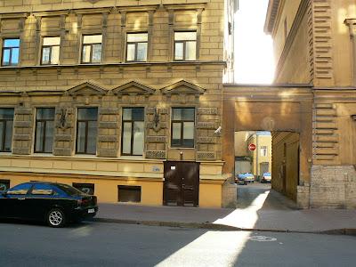 Cazare Rusia: Hostel Zimmer, intrarea in curtea interioara