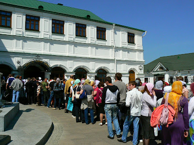 Imagini Ucraina: Pecharska Lavra Kiev, coada la moaste