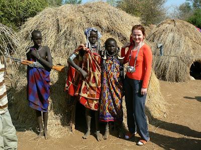 Imagini Etiopia: mursi - fata cu mitraliera
