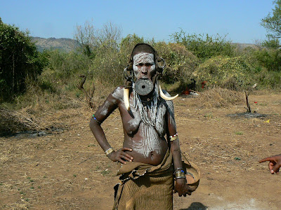 Obiective turistice Etiopia: fotomodel femeie goala mursi