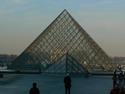 Imagini Franta: piramida de la Louvre Paris