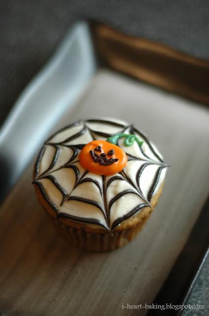 Halloween Cupcake Decorating Ideas Spider Web : i heart baking!: halloween cupcakes - pumpkin cupcakes ...