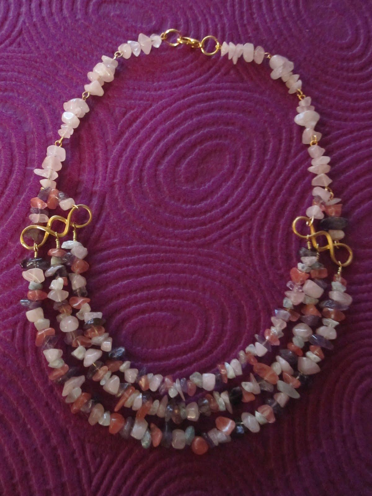 4076d43fa137 Collar corto en dorado con chips de semipreciosas en tonos  rosa claro