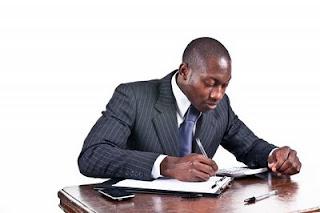 homem de negócios escrevendo
