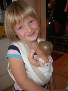 e0f8684621 A gyerekkendő gyerekeknek való játék hordozókendő. Ezzel hordozhatják  babájukat, plüssállatukat úgy, mint anyu :) Mérete általában a kendőgyártók  legkisebb ...