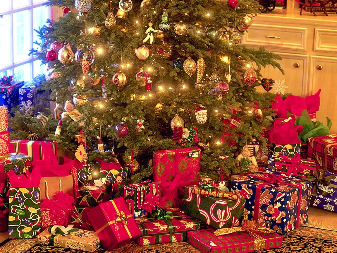 christmas tree with presents - photo #2
