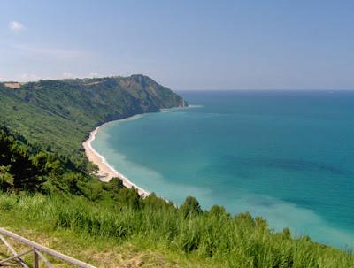Nella foto: Ancona spiaggia di MEZZAVALLE da http://www ...