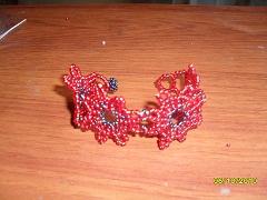 b5f351fcfbe4 Pulseras y pendientes tejidos en chaquira en forma de flor
