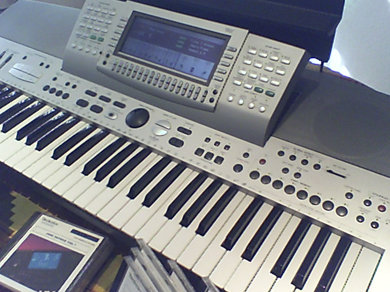 walt tenay keyboards plus yamaha tyros 4 pre owned keyboards. Black Bedroom Furniture Sets. Home Design Ideas