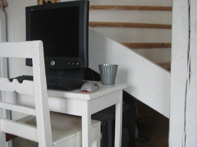 b3e8d0d248a Här sitter jag och när jag bloggar, eftersom det dröjer ett tag innan  kontoret påbörjas har vi än så länge löst arbetsplatsen lite provisoriskt.