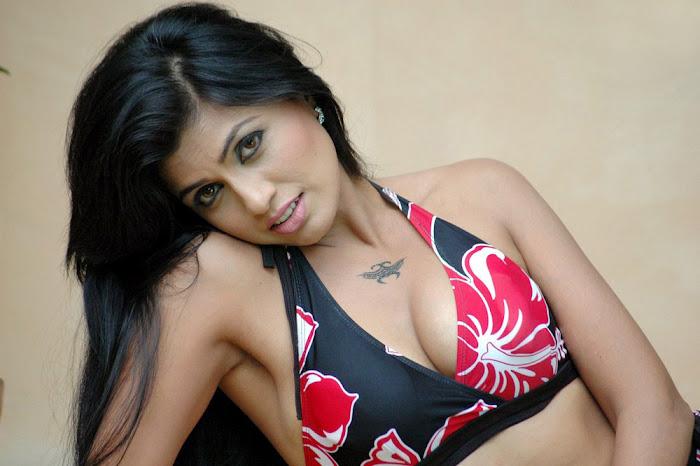aarthi puri test bikini act unseen pics